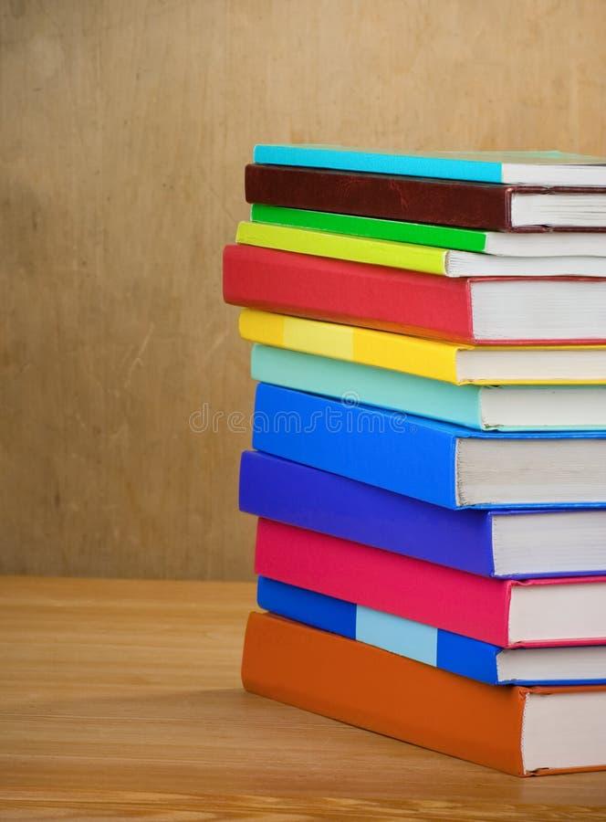 Stapel van nieuwe boeken op hout royalty-vrije stock foto