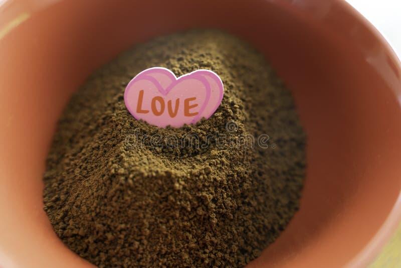 Stapel van onmiddellijke coffe in rode kom met liefdesticker royalty-vrije stock foto's