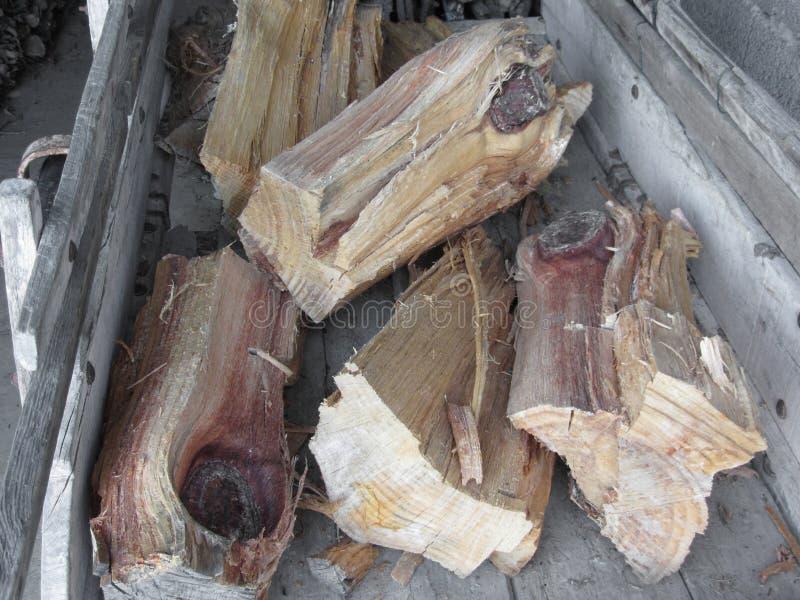 Stapel van onregelmatig gehakt brandhout op oude houten kar royalty-vrije stock foto's