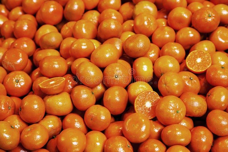Stapel van organische mandarijnen bij marktkraam royalty-vrije stock foto
