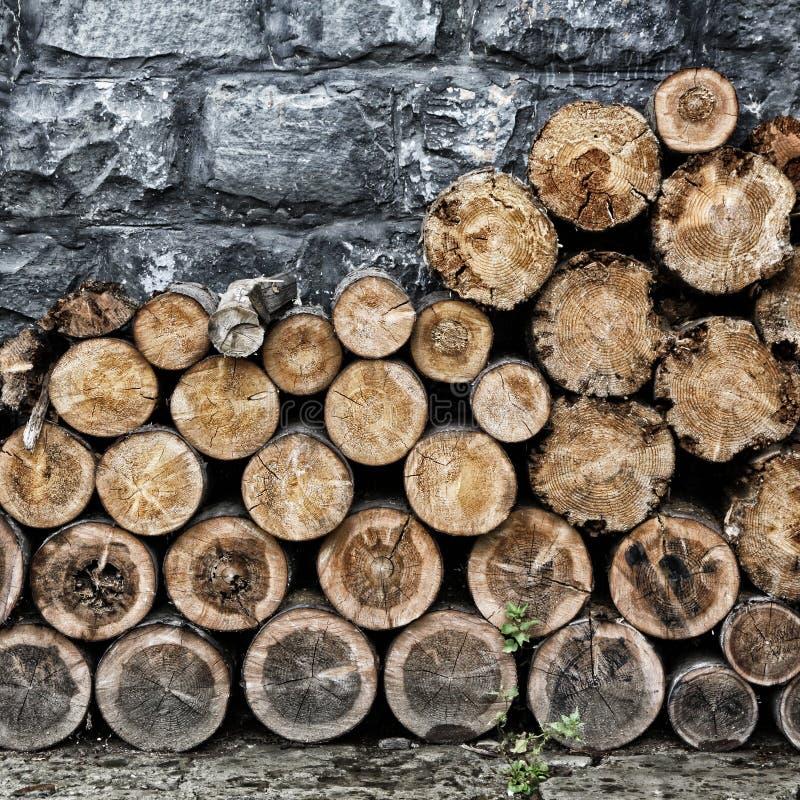 Stapel van oud gehakt brandhout