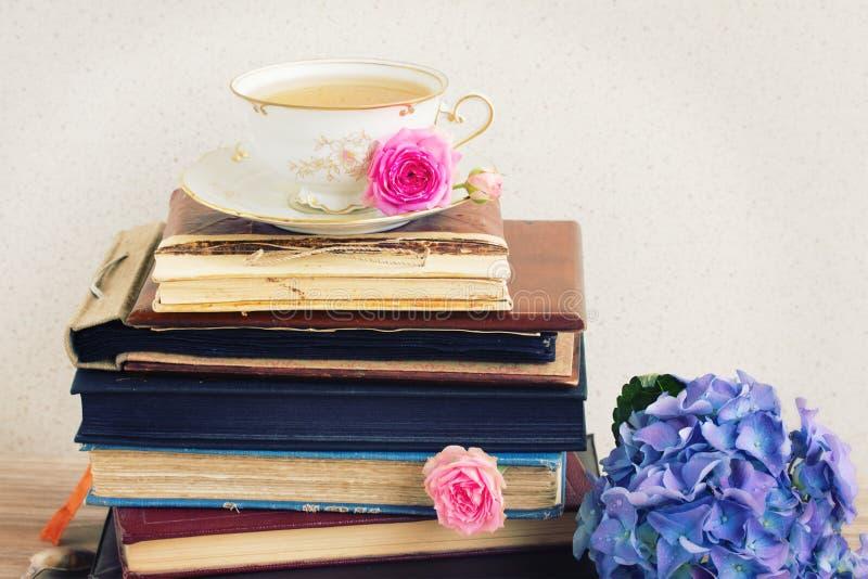 Stapel van oude boeken en post met kop thee royalty-vrije stock afbeelding