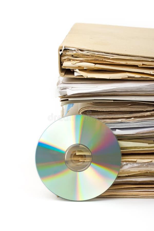 Stapel van oude document dossiers en modern archief op CD stock afbeeldingen