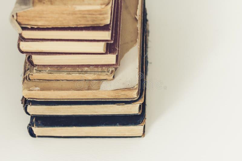 Stapel van oude retro het conceptenachtergrond van het boekenonderwijs, vele boekenstapels met exemplaarruimte voor tekst stock afbeelding