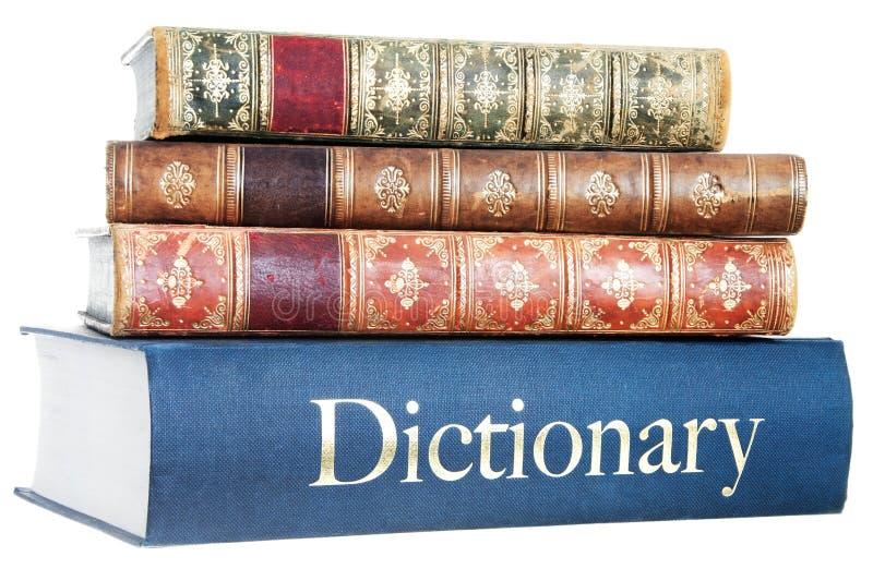 Stapel van oude romans op een woordenboek stock afbeelding