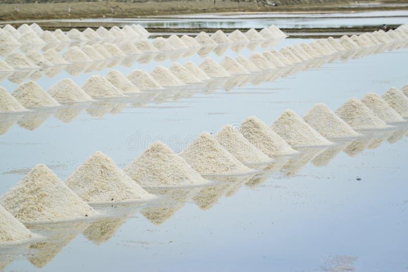 Stapel van overzees zout bij zout landbouwbedrijf stock afbeeldingen