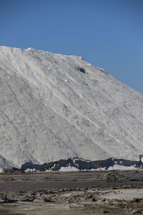 Stapel van overzees zout in zout in Camargue stock afbeelding