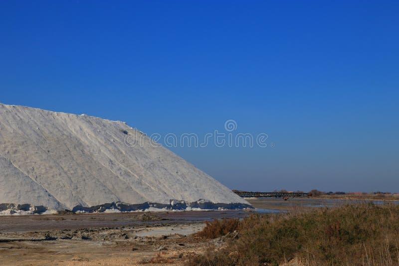 Stapel van overzees zout in zout in Camargue royalty-vrije stock fotografie