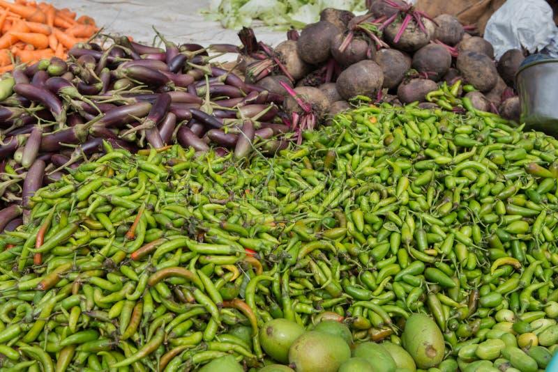 Stapel van peper en aubergines bij voedselmarkt stock afbeelding