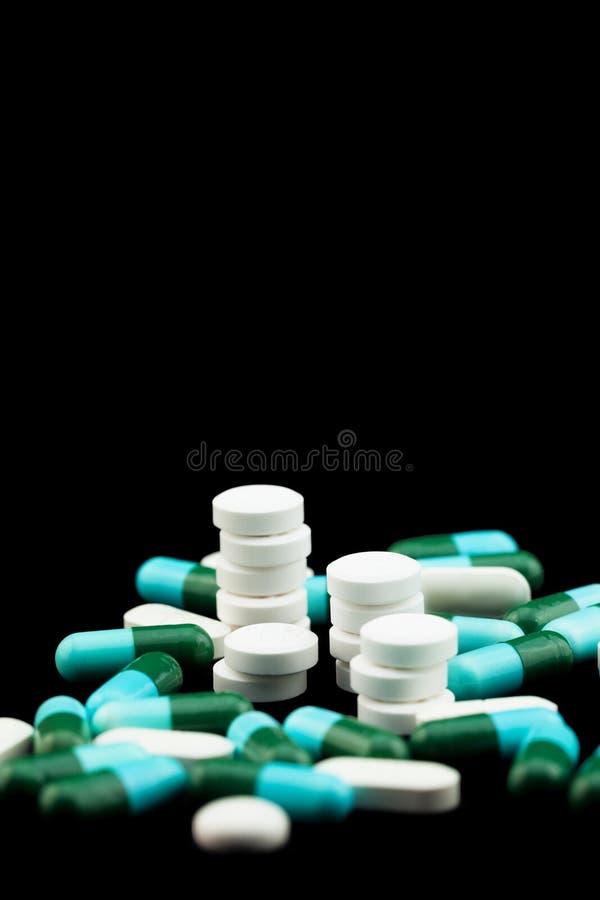 Stapel van pillen en tabletten stock fotografie