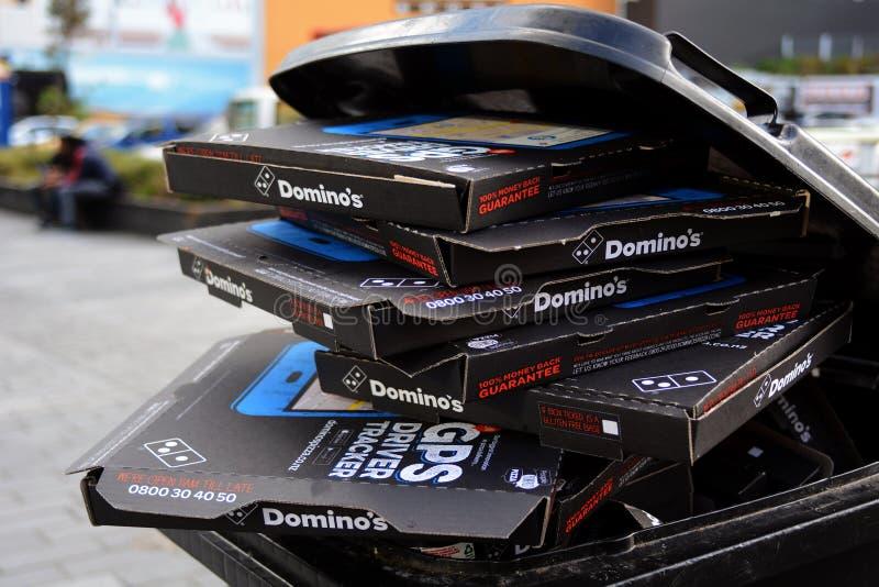 Stapel van Pizza Hut-dozen in een vuilnisbak royalty-vrije stock foto