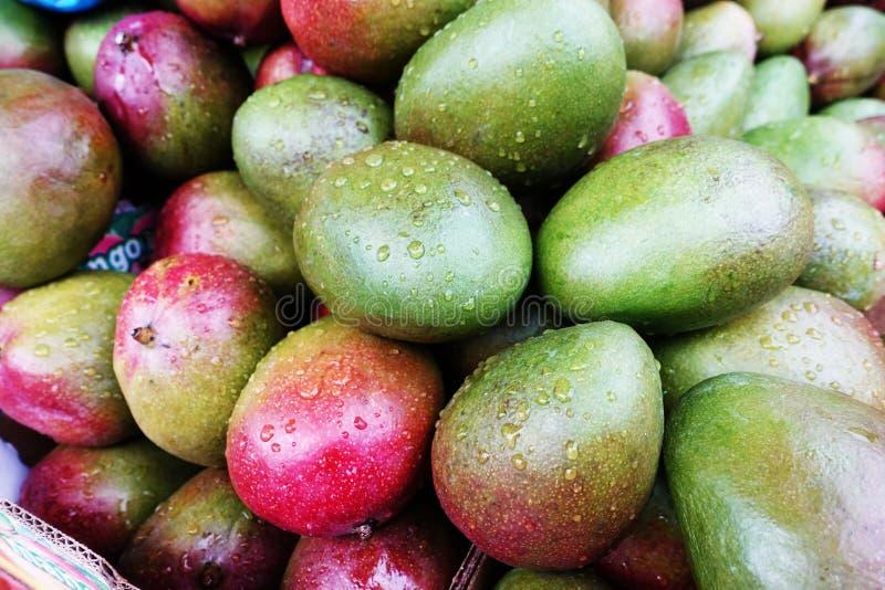 Stapel van rife mango'svruchten bij kruidenierswinkel stock afbeelding