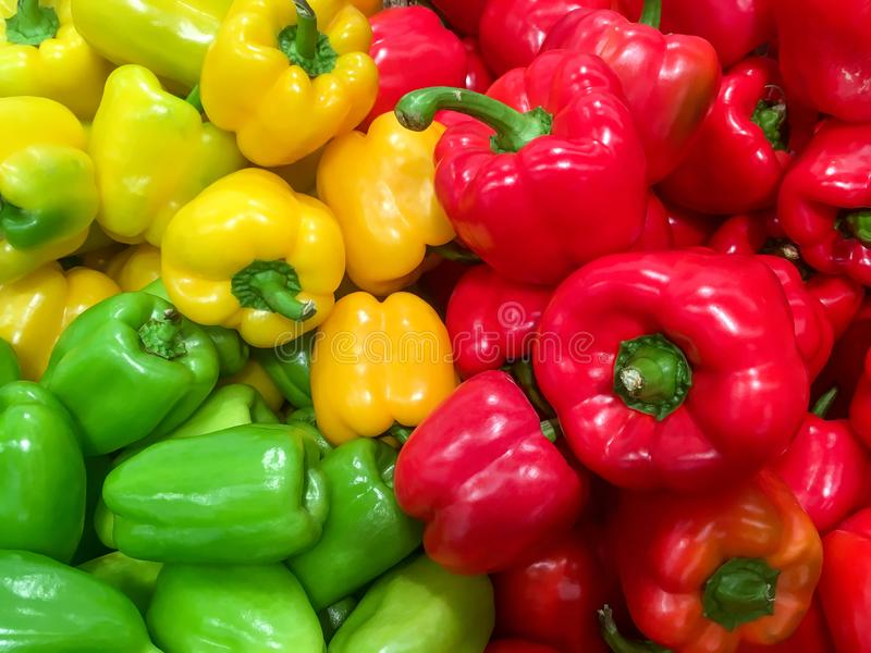 Stapel van rijp rood en groen groene paprikaclose-up stock foto