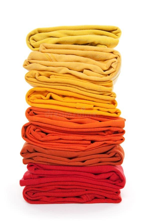 Stapel van rode en gele gevouwen kleren royalty-vrije stock foto's