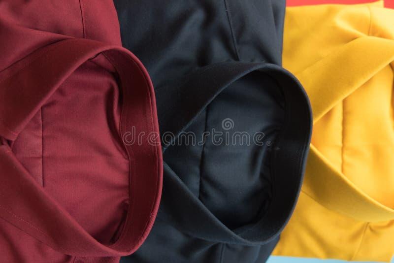 Stapel van rood, zwart en geel verfhandelaarsoverhemd stock afbeelding