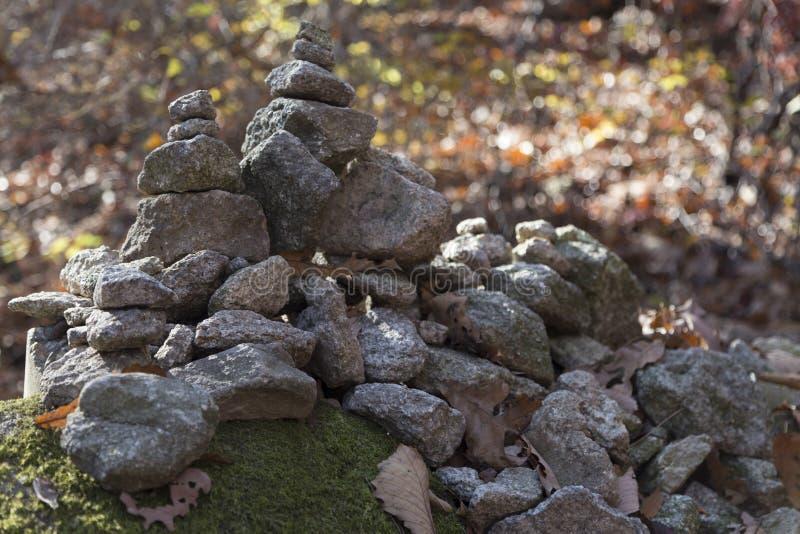 Stapel van Rotsen bij het beklimmen van weg in het Park van Seoel stock foto