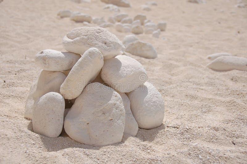 Stapel van rotsen op zandig strand royalty-vrije stock afbeeldingen