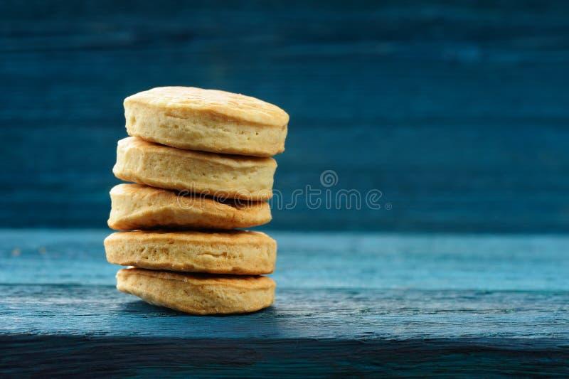 Stapel van smakelijke ronde onvolmaakte eigengemaakte koekjes op diep blauwe rug royalty-vrije stock fotografie