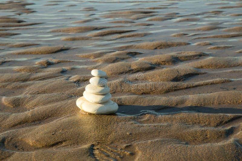 Stapel van stenen bij het strand royalty-vrije stock foto
