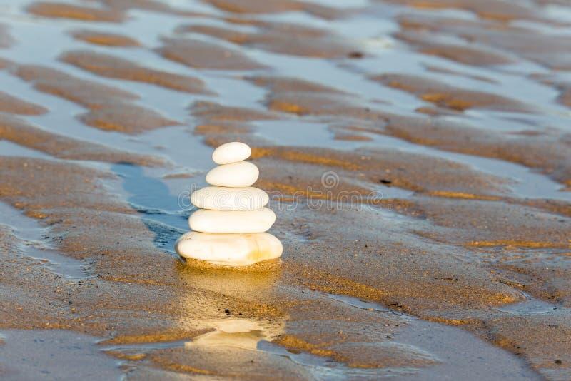 Stapel van stenen bij het strand stock foto's