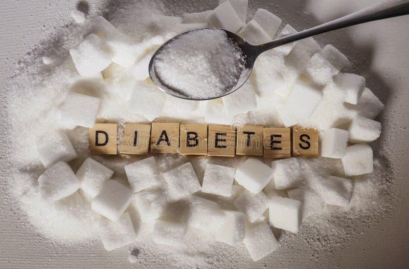 Stapel van suikerkubussen en diabeteswoord in blokletters zoals adviseren op misbruik die van het glucose het bovenmatige en zoet stock foto's