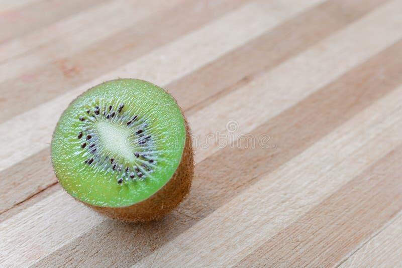 Stapel van veelvoudige kiwifruits over de gekleurde houten raadsoppervlakte stock afbeeldingen