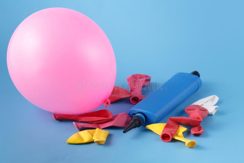 Stapel van veelvoudige kleurrijke onontloken ballons met een bliuepomp ove royalty-vrije stock foto's