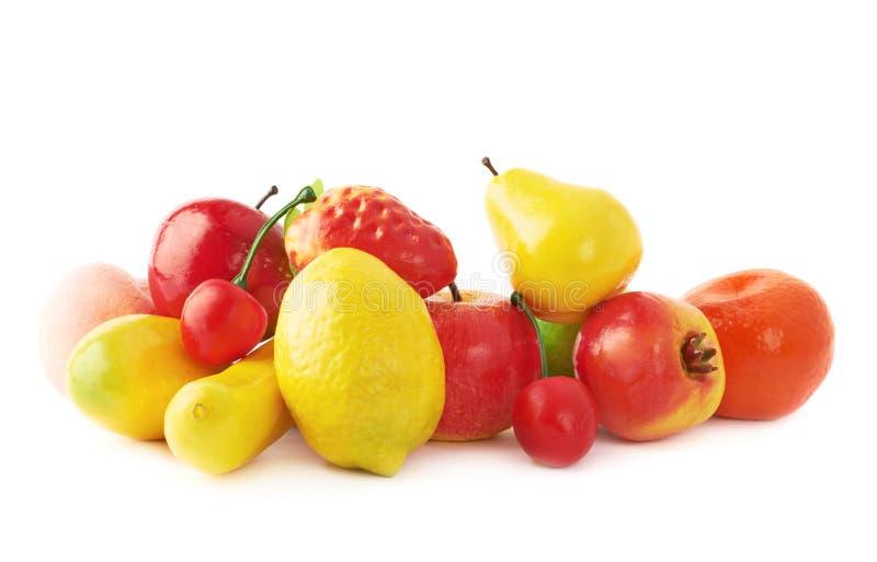 Stapel van veelvoudige kunstmatige plastic vruchten en stock afbeeldingen