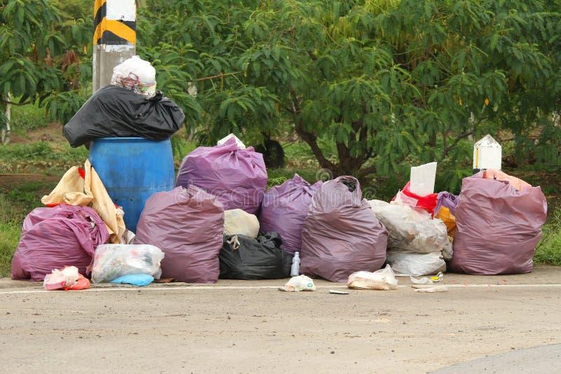 Stapel van vele vuilniszakken stock afbeelding