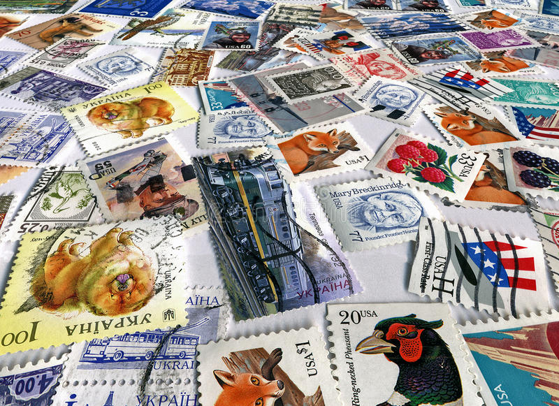 stapel van verschillende kleurrijke postzegels, document stock fotografie
