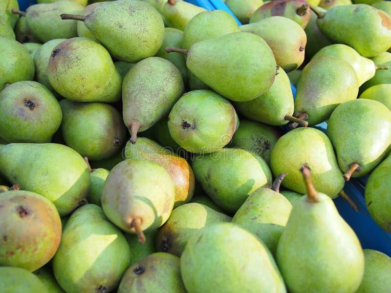 Stapel van verse groene peren stock afbeelding