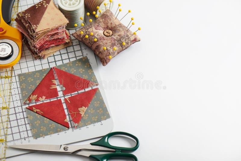 Stapel van vierkante die stukken van stof van driehoeksplakken wordt genaaid, traditioneel lapwerk, naaiende toebehoren royalty-vrije stock afbeeldingen