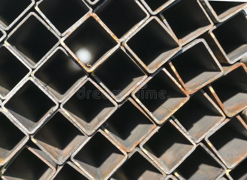 Stapel van vierkante roestvrij staalbuis in pakhuis royalty-vrije stock afbeelding