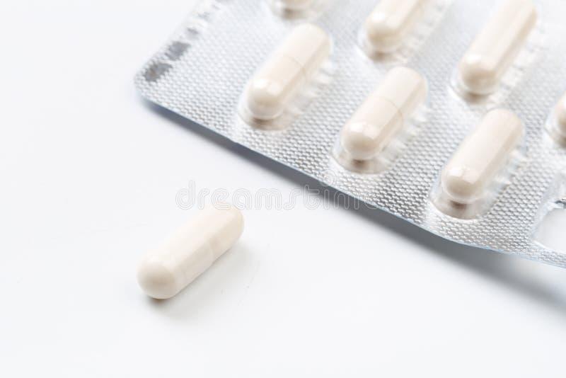 Stapel van wit capsules probiotic poeder binnen De ruimte van het exemplaar Hoge resolutieproduct Gezondheidszorgconcept - Beeld royalty-vrije stock foto