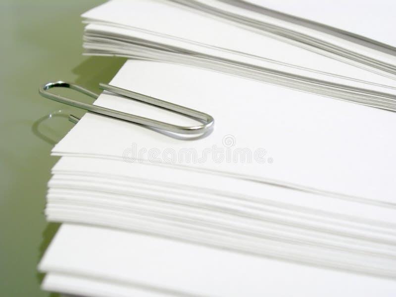 Stapel van witte bankpost met metaalpaperclip royalty-vrije stock afbeelding