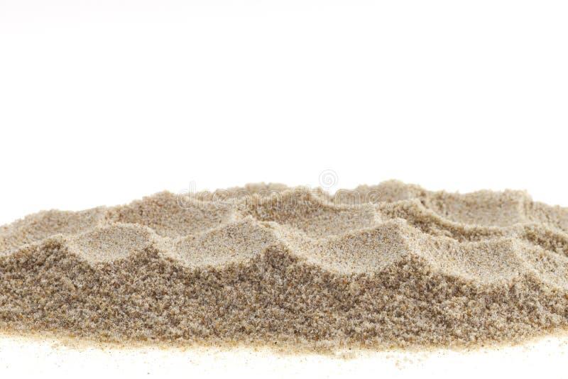 Stapel van zand op witte achtergrond wordt geïsoleerd die stock fotografie