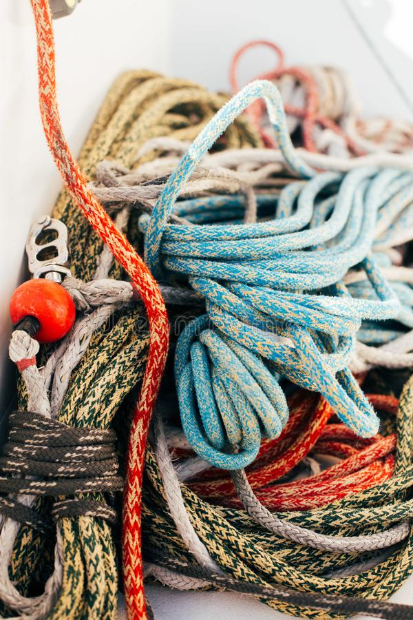 Stapel van zeevaart mariene kabels op jachtdek stock afbeeldingen