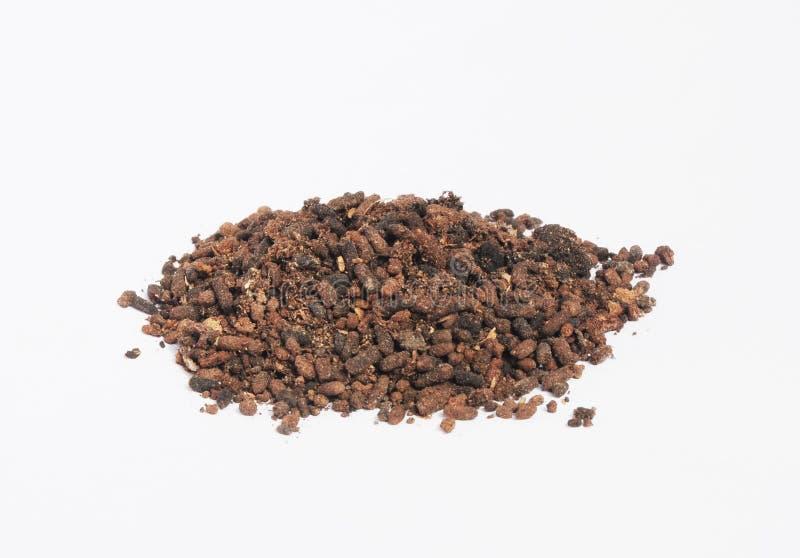 Stapel van zwarte land bruine vruchtbare die grond op witte achtergrond wordt geïsoleerd De korrels van het humuscompost stock fotografie