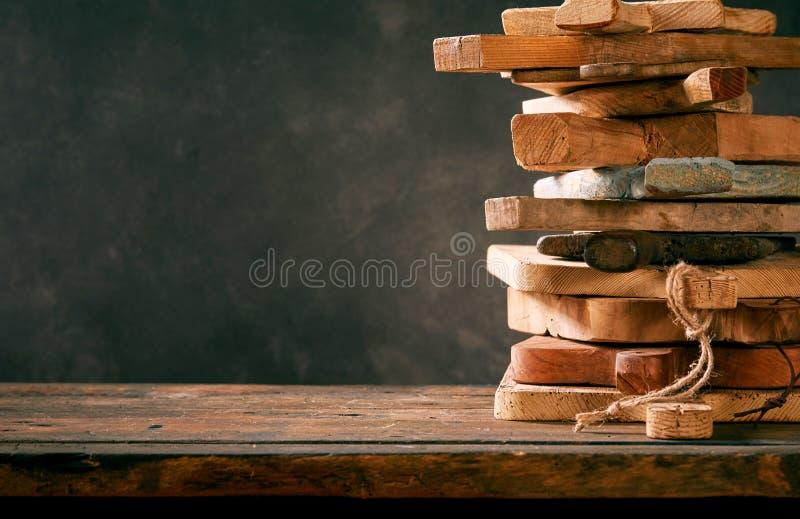 Stapel veelvoudige oude houten hakborden stock fotografie