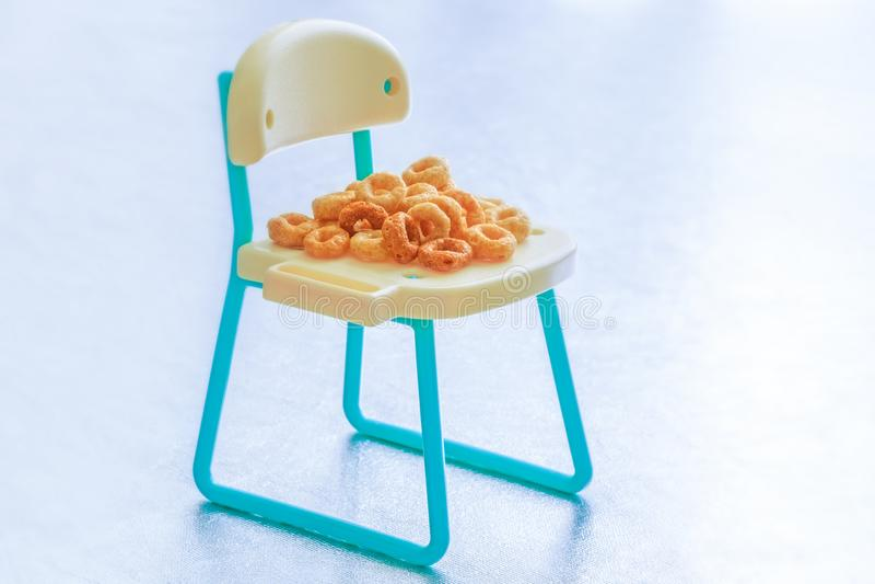 Stapel vieler runden Frühstückskost aus Getreide lokalisiert auf Miniaturc lizenzfreies stockfoto