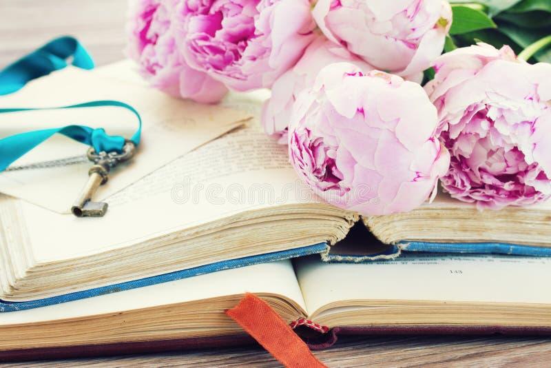 Stapel von alten Büchern mit Blumen lizenzfreie stockfotos