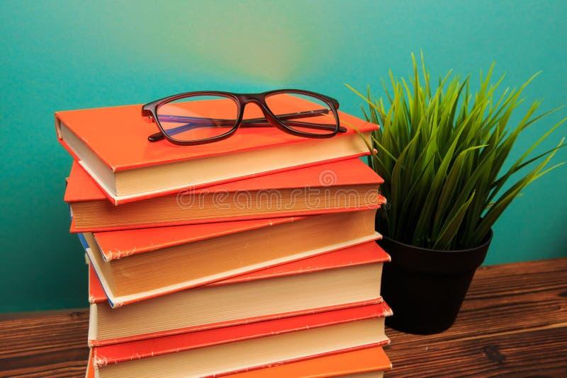 Stapel von alten Büchern mit Gläser panorma, guter Kopienraum auf blauem Hintergrund lizenzfreies stockfoto