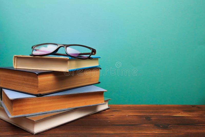Stapel von alten Büchern mit Gläser panorma, guter Kopienraum auf blauem Hintergrund lizenzfreie stockfotos