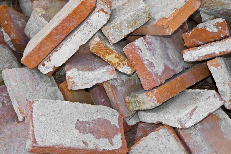 Stapel von alten italienischen Ziegelsteinen mit Zement von der Demolierung einer alten Backsteinmauer in einer Baustelle stockbilder