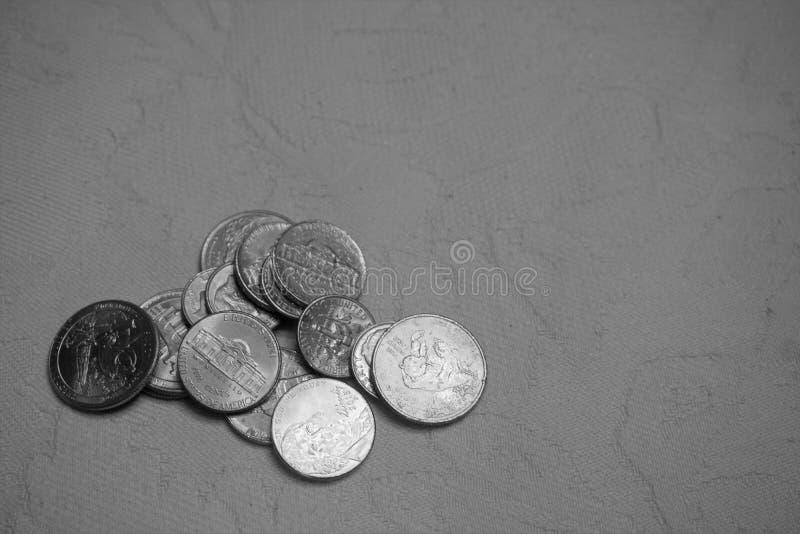 Stapel von amerikanischen Münzen auf Damasttischdecke lizenzfreies stockbild