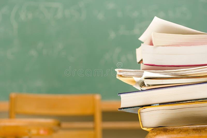 Stapel von Büchern auf einem Schreibtisch stockfoto