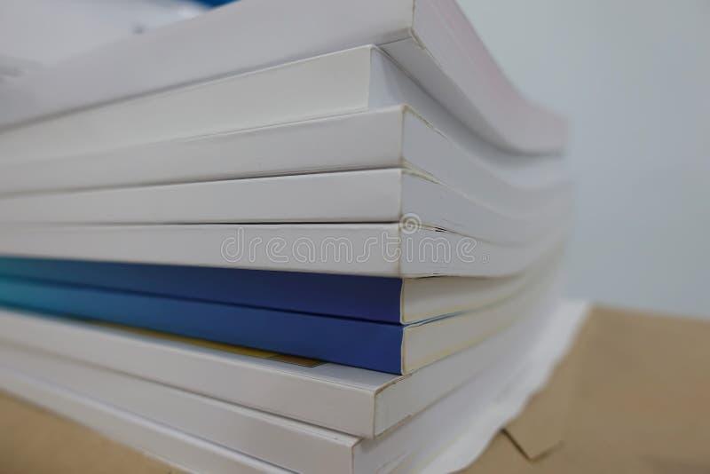 Stapel von Büchern auf Schreibtisch zu den Unternehmensfunktionen lizenzfreie stockfotos