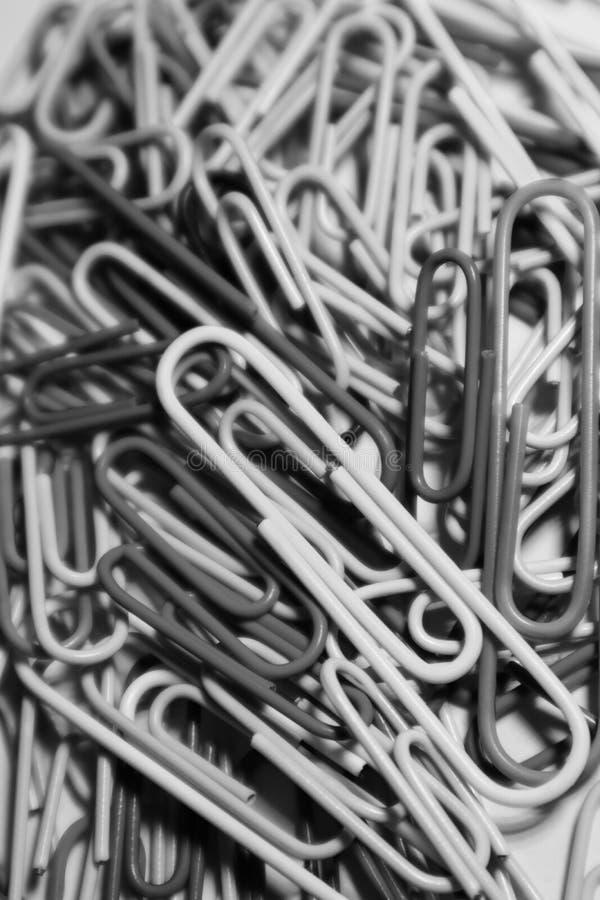 Stapel von Büroklammern auf einem black&white Effekt lizenzfreie stockfotos