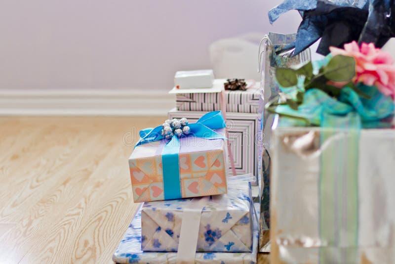 Stapel von bunten, eingewickelten Geschenken und von Geschenken lizenzfreies stockbild
