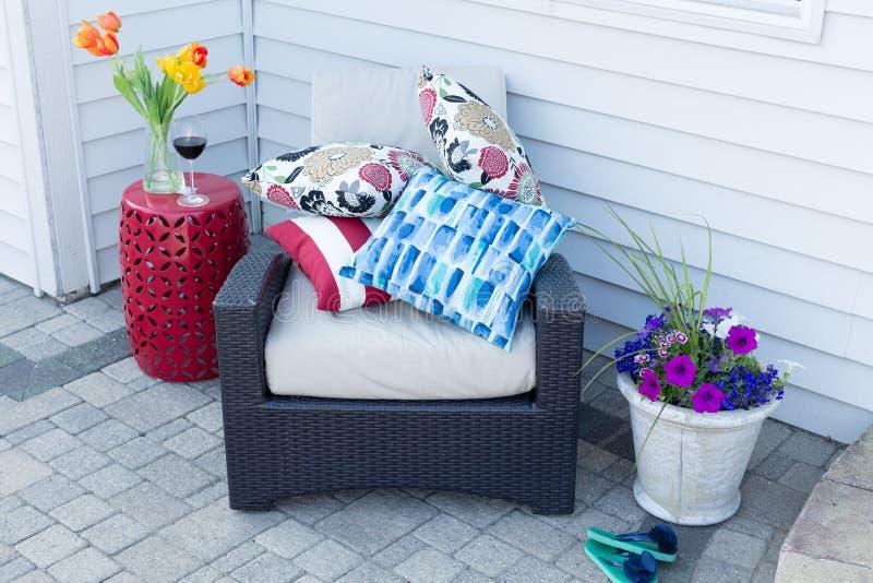 Stapel von bunten Kissen auf einem Lehnsessel im Freien lizenzfreies stockbild
